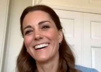 Kate Middleton recycle une robe fleurie et printanière à prix abordable (VIDEO)