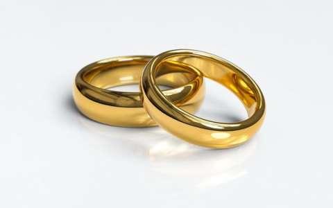 Un homme demande sa compagne en mariage... et voit les choses en grand !