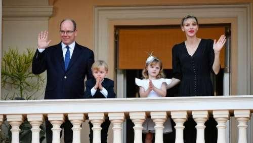 Albert et Charlène de Monaco discrets spectateurs avec les jumeaux pour le feu de la Saint-Jean