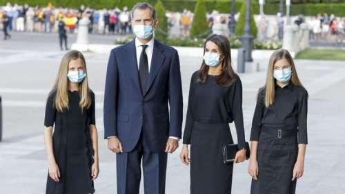 Letizia d'Espagne sobre en noir avec ses filles Leonor et Sofia en hommage aux victimes du Covid-19