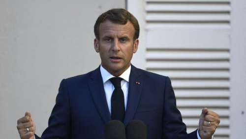 Emmanuel Macron : ce souvenir traumatisant à l'origine d'une mauvaise habitude lors de ses voyages
