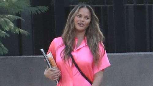 Chrissy Teigen rayonnante en rose : elle fait une rare apparition depuis la perte de son bébé