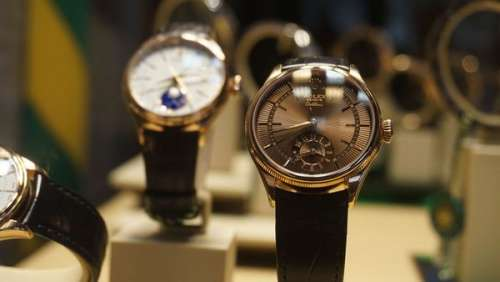 Ils utilisent leur fils de 6 ans pour voler une montre en or d'une valeur de plus de 75.000 euros
