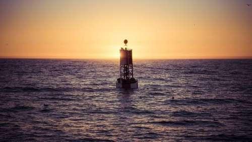 Tombé par dessus bord, un homme survit 14 heures dans l'océan Pacifique