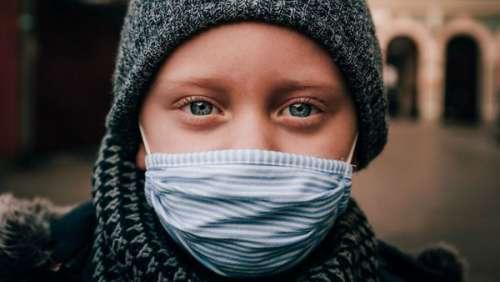 Un enfant de dix ans testé positif au Covid-19 confiné dans une voiture