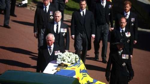 Obsèques du prince Philip : le prince Charles et le prince Harry très émus derrière le cercueil du duc d'Edimbourg