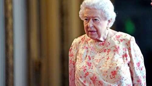 Elizabeth II tout sourire en robe fleurie : ce détail sur sa tenue qui n'était pas là par hasard