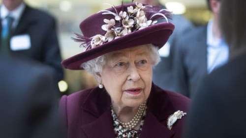"""Elizabeth II : la reine """"dévastée"""" après la mort soudaine de son nouveau chiot Fergus"""