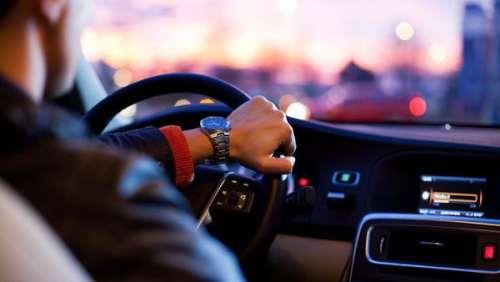 Pas malin ! Un jeune homme se voit retirer son permis de conduire 30 minutes après l'avoir obtenu