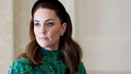 """Kate Middleton : pourquoi a-t-elle remplacé le prince Philip dans le rôle de """"colle"""" de la famille royale"""