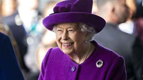 En marge du G7, Elizabeth II très en forme insiste pour couper un gâteau... avec une épée !
