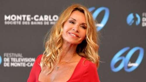 Ingrid Chauvin glamour : décolleté plongeant, robe rouge et touche d'or à Monte-Carlo