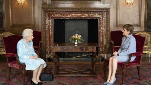 Elizabeth II : ce bijou très spécial qui l'accompagne lors de sa visite en Ecosse