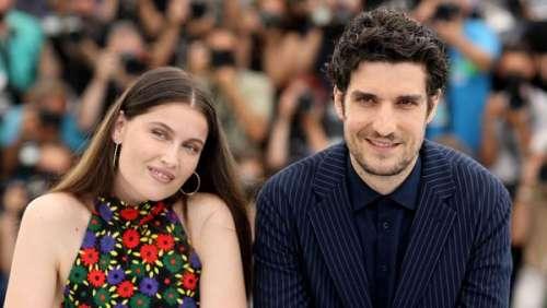 """Laetitia Casta en mini jupe, Louis Garrel en costume """"mafieux"""" à Cannes : le couple plus amoureux que jamais"""