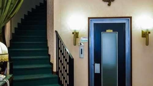 Accident d'ascenseur fatal pour un petit garçon au premier jour de ses vacances