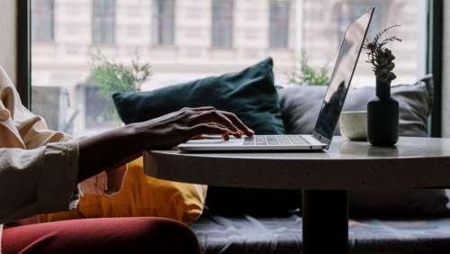 Stupeur ! Des femmes découvrent avoir été mises aux enchères sur Internet à leur insu