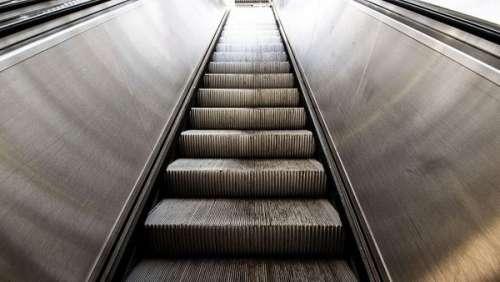 Incroyable accident d'escalator en plein Paris à cause d'un chariot de courses