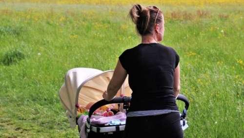 Promenade tragique en landau, une jeune mère gravement blessée pleure la mort de son bébé