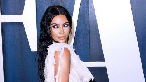 Kim Kardashian se pointe à la soirée événement de Kanye West… en robe de mariée !