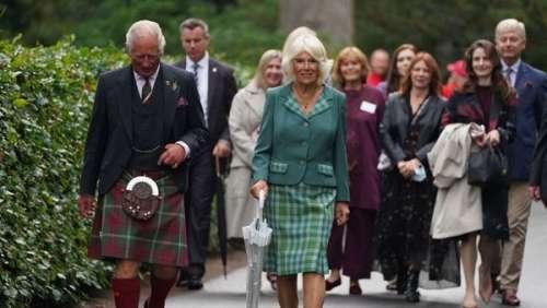 Le prince Charles et Camilla Parker Bowles assortis en tartan pour leur dernière sortie