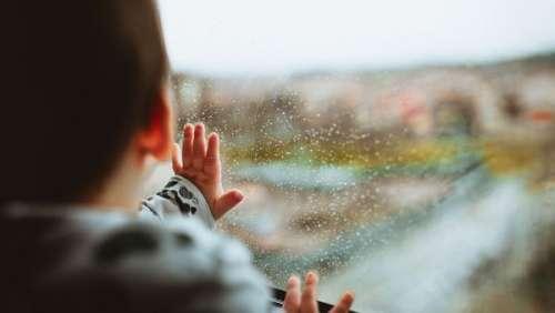 Moment d'inattention fatidique ! Un bambin victime d'un accident domestique dramatique