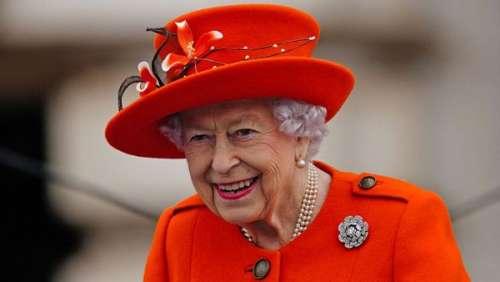 Elizabeth II pimpante en rouge coquelicot pour son dernier engagement salué par Kate et William