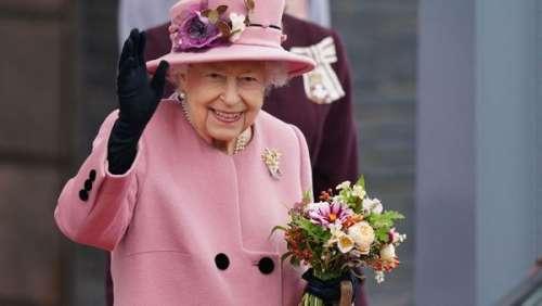 Reine Elizabeth II : élégante en rose malgré la canne à la main
