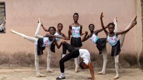À Lagos, un jeune ballet danse dans la rue et sans musique, mais avec joie