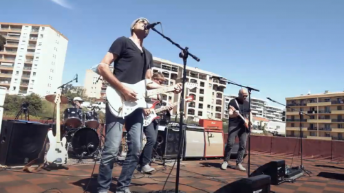 En Corse, un groupe de rock donne un concert sur le toit d'un immeuble