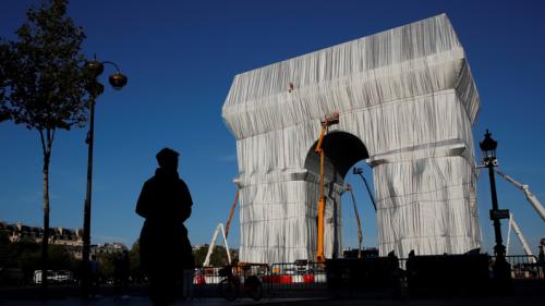 L'empaquetage de l'Arc de Triomphe, un «formidable présent aux Français», selon Roselyne Bachelot