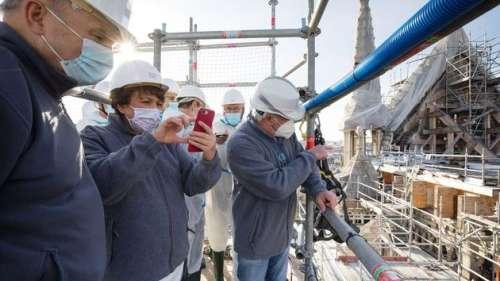 Roselyne Bachelot contre des vitraux contemporains dans la cathédrale Notre-Dame de Paris