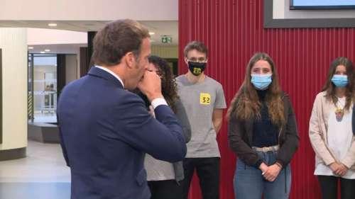 Covid-19: Emmanuel Macron a-t-il négligé les gestes barrières pendant sa visite dans un lycée de Clermont-Ferrand?