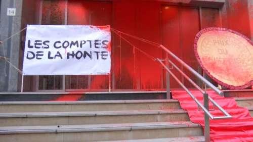 Paris: la façade du ministère de la Santé recouverte de faux sang par les militants d'Attac