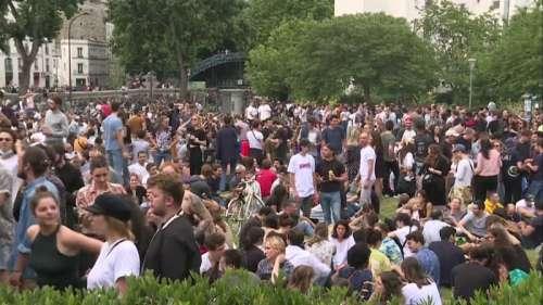 À Paris, des centaines de personnes sont rassemblées aux abords du canal Saint-Martin pour la fête de la musique