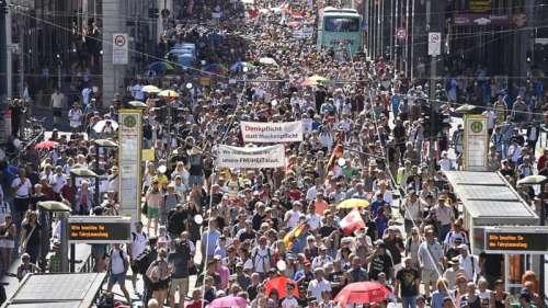 Coronavirus: des milliers de manifestants anti-restrictions défilent à Berlin