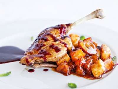 Recette : Cuisse de canard nappée de sa sauce aux fruits rouges et ses petits légumes