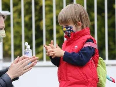 Gel hydroalcoolique et yeux des enfants : attention danger