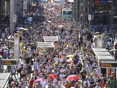 Coronavirus : des milliers de personnes rassemblées à Berlin contre les mesures de restriction sanitaires