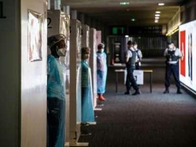 Coronavirus : les tests PCR imposés aux voyageurs étrangers dans les aéroports sont-ils suffisants ?