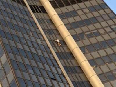 VIDÉO. Un homme interpellé après avoir escaladé la tour Montparnasse à Paris