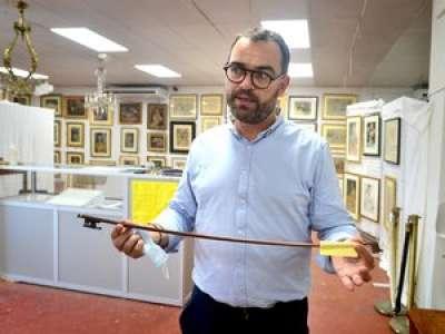 Un archet du XIXe siècle vendu aux enchères pour 67 760 € à Albi