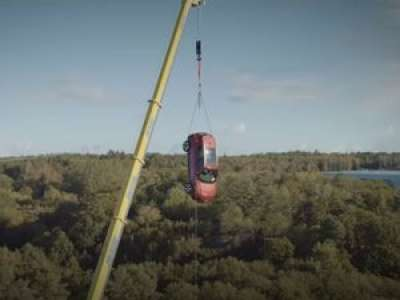 Les images impressionnantes de Volvo qui teste ses voitures en les lâchant d'une grue de 30 mètres