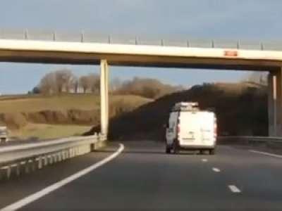 VIDEO. Lot : les images incroyables d'une voiture qui slalome sur l'autoroute