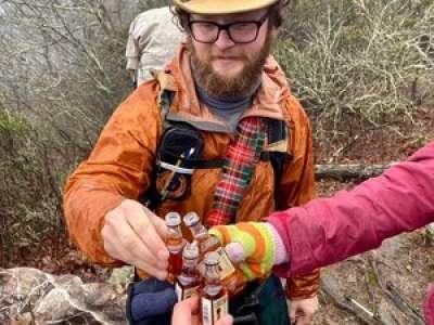 Une illusion d'optique sur la photo d'un groupe d'amis en train de trinquer affole les réseaux sociaux