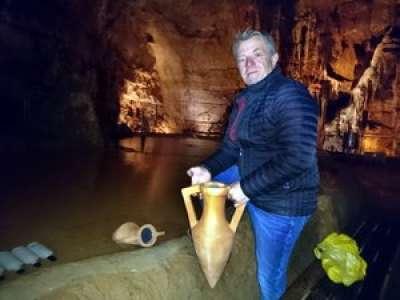 Lot : il a immergé son huile d'olive dans le lac des grottes de Lacave à la manière des Romains
