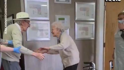 Royaume-Uni : les retrouvailles émouvantes d'un couple de retraités Britanniques