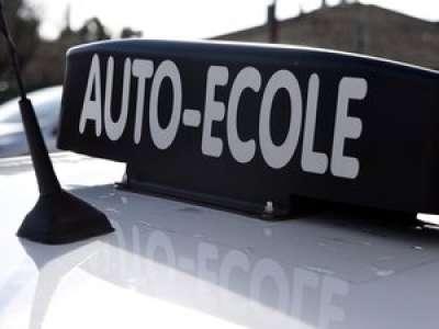En Italie, il cache caméra et radio sous son masque lors de l'examen du code de la route