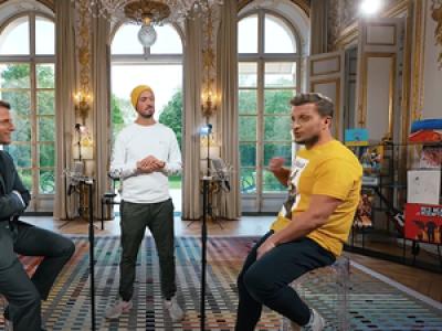 Macron face à deux youtubeurs pour un étonnant concours d'anecdotes
