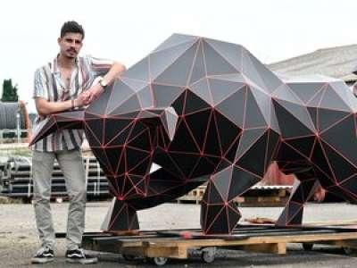 Ses sculptures métalliques  en origami font fureur