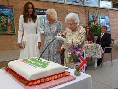 VIDEO. G7 : pendant une cérémonie, la Reine Elizabeth II coupe un gâteau avec une épée et provoque l'hilarité